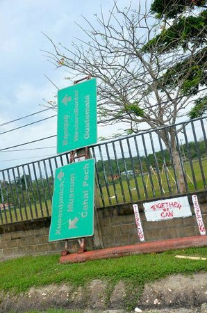Museo y Ruinas Mayas Cahal Pech: sign is down and by the side of the road