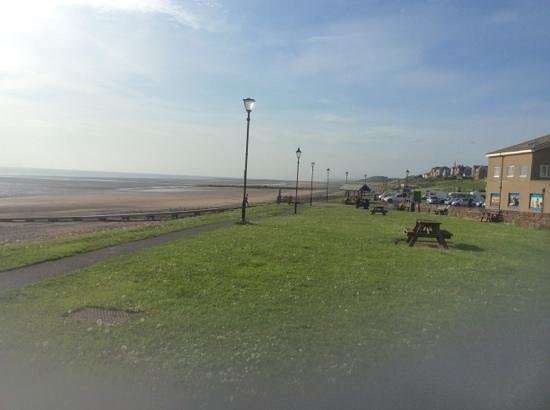 Bailey Ground Hotel: view along the prom atbSeascale