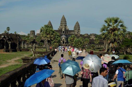 Angkor Wat: Crowd during midday