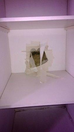 Euro Hotel Clapham: Immenso buco trovato nel muro all'interno dell'armadio!