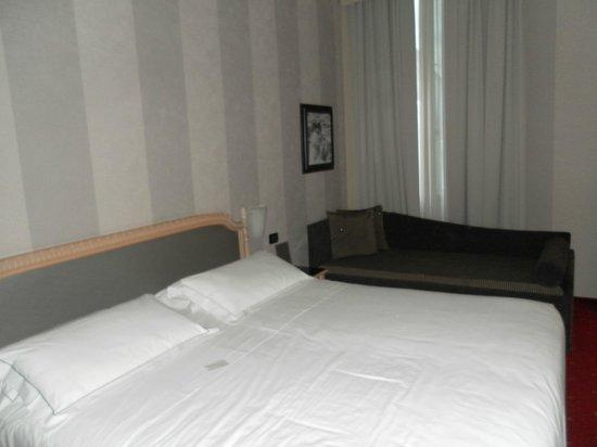 Hotel Diplomat: L'enorme letto con comodo divanetto
