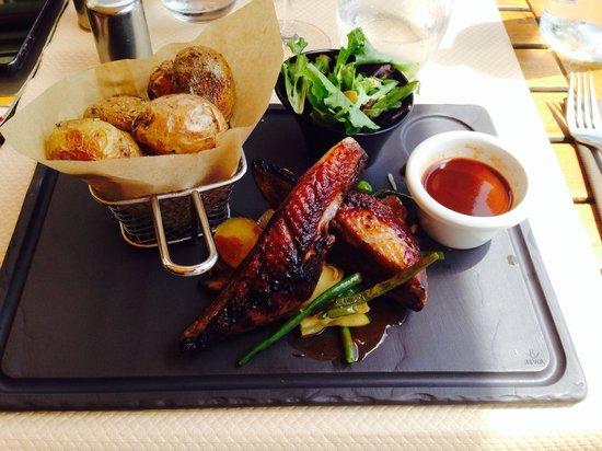 Brasserie Colomba: Magret sauce cap et miel + petit légume et pomme grenaille