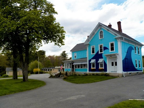 The Coast Village Inn & Cottages : Front of Inn