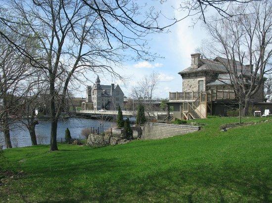 Almonte Riverside Inn: View of inn from neighbouring (historic) churchyard