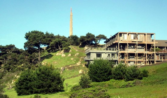 Timber Cove Resort: Hotel front and obelisk