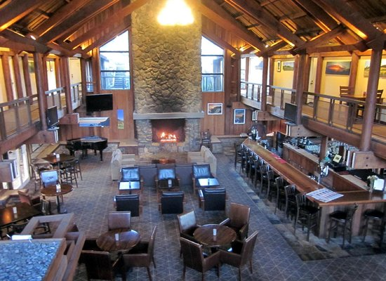 Timber Cove Resort: Lounge and Bar Area