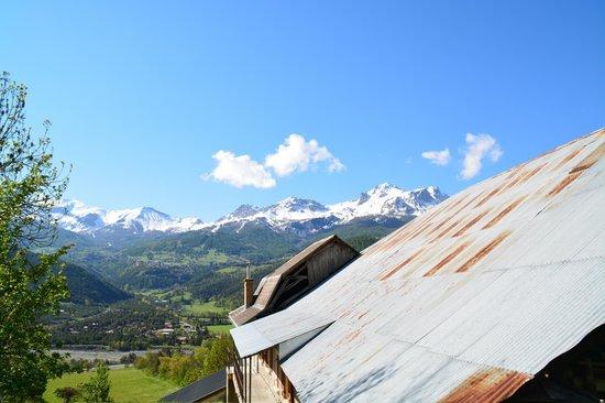 L'Eterlou: Vue au dessus de la maison vers les montagnes.
