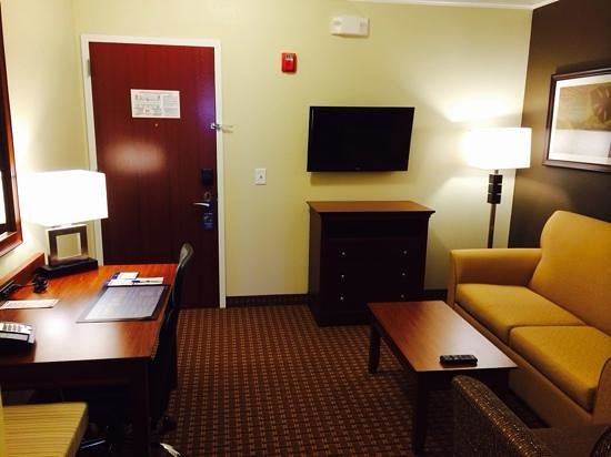 Best Western Plus Easton Inn & Suites: suite lounge area
