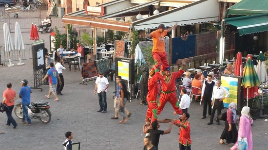 Les Premices: acrobats performing in the Jamaa et Fna