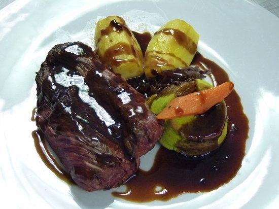 L'Embellie : Bavette de bœuf Charolais, flan de petits pois, carotte, pomme de terre fondante, et compoté d'é