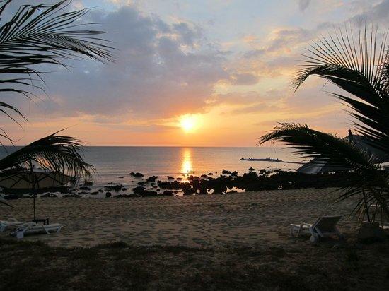 Rawi Warin Resort & Spa : Utsikten från solstolen - här ser man korallerna på eftermiddagen