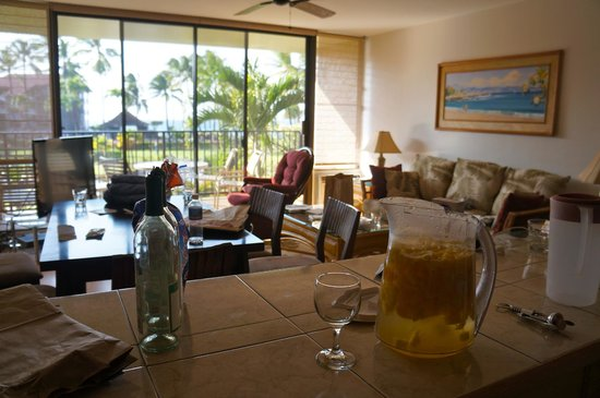 Aston at Papakea Resort: Living room (with LOUD air conditioning unit)