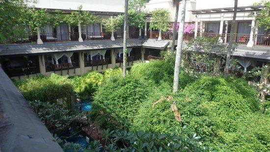 Burasari Resort: Jardim central, com piscina entre os quartos