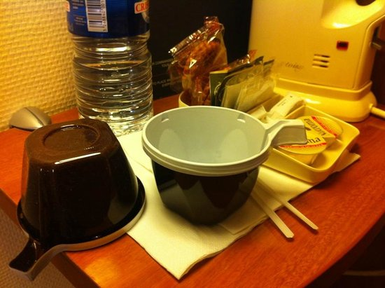 Timhotel Paris Gare Montparnasse: Plastic tea cups in the room and all dusty!