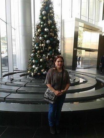 The Westin Lima Hotel & Convention Center: MI ESPOSA EN LA ENTRADA DEL HOTEL