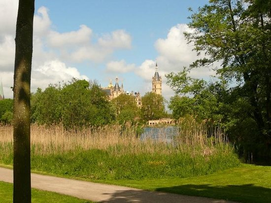Landhotel Spornitz Van der Valk: Fahrradweg zum Schloß in Schwerin