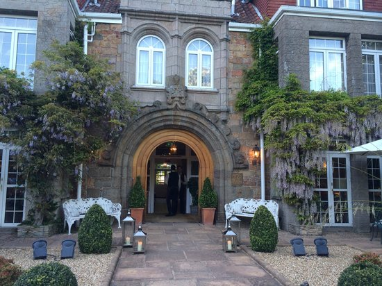 Longueville Manor: front of hotel