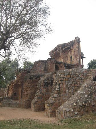 Isa Khan's Tomb : Ruined gateway into the tomb