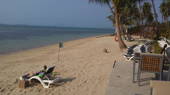 Centra by Centara Coconut Beach Resort Samui : The Beach on the last day-spot the difference