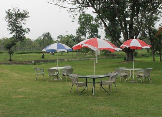 Kaziranga Golf Resort : Outdoor seating