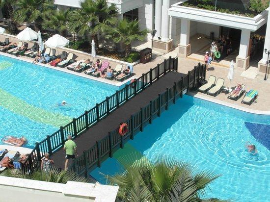 Alba Queen Hotel: bridge over pool