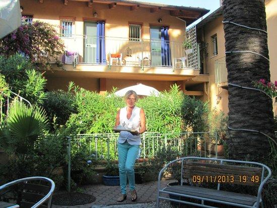 Hotel Pavillon Impérial : вечерний кофе во дворике