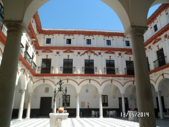 Hotel Convento Cadiz: Patio central del hotel