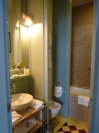 Bairro Alto Hotel: salle de bains avec baignoire