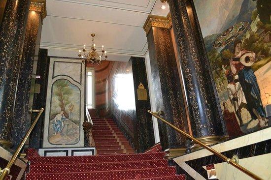 AZIMUT Hotel Berlin Kurfürstendamm: Лесница на входе в отель