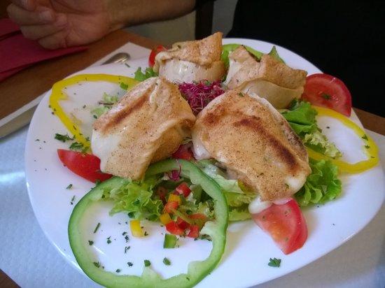 Bierstub d'Eselbahn : Schafskäse mit Salat als Vorspeise