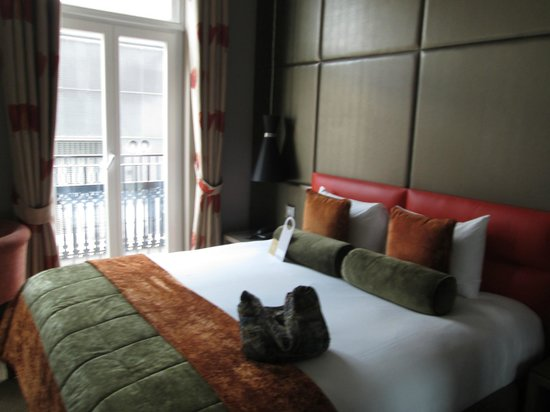 Radisson Blu Edwardian Sussex Hotel: Quiet room with just enough space.