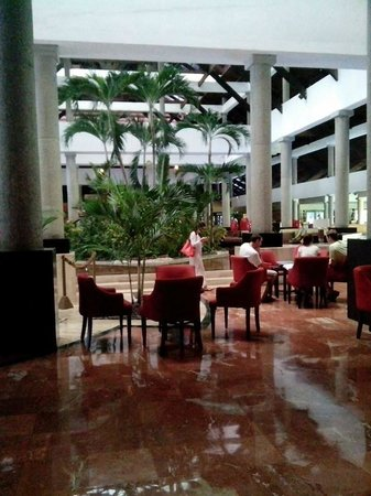 Bavaro Princess All Suites Resort, Spa & Casino : Lobby bar before dinner