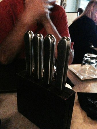 Cut 432 : Cool knife set on table