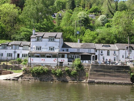 Ye Old Ferrie Inn: The Ferrie Inn from the river.