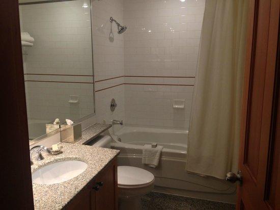 Pan Pacific Whistler Mountainside: Bathroom