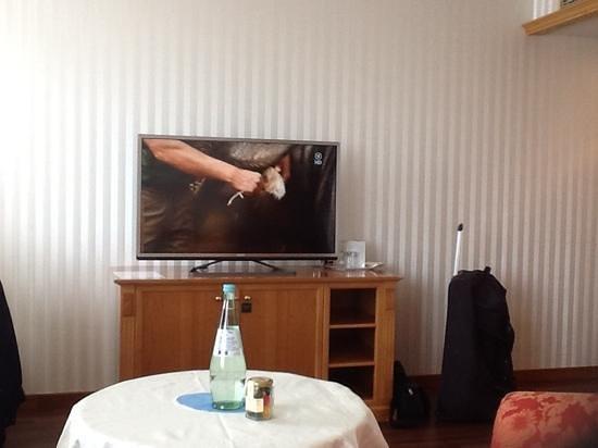 NH Köln Mediapark: Kamer met tv