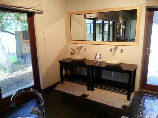 Tau Game Lodge : Family Room