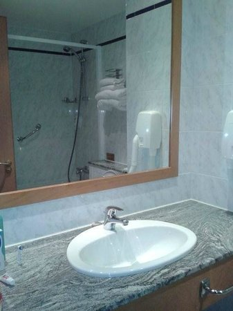 Lakeside Manor Hotel: Bathroom compact, clean and bright