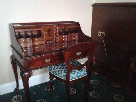 Lakeside Manor Hotel: Lovely writing desk