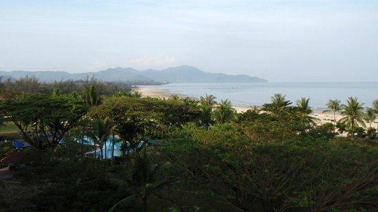 Shangri-La's Rasa Ria Resort & Spa: The beach stretches for miles