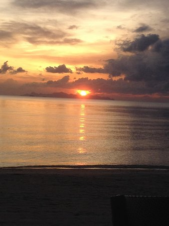 The Sunset Beach Resort & Spa, Taling Ngam: Sunset on the beach