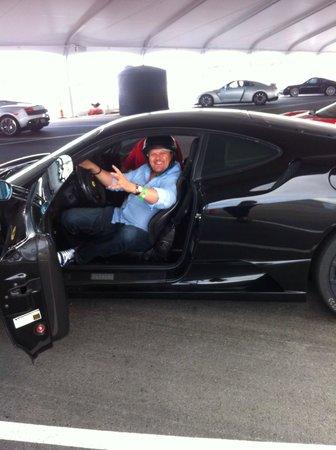 Exotics Racing : Feliz de conducir un Ferrari.