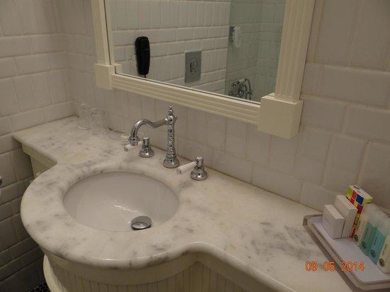 Bay Club Haifa Hotel - an Atlas Boutique Hotel: Salle de bain marbre