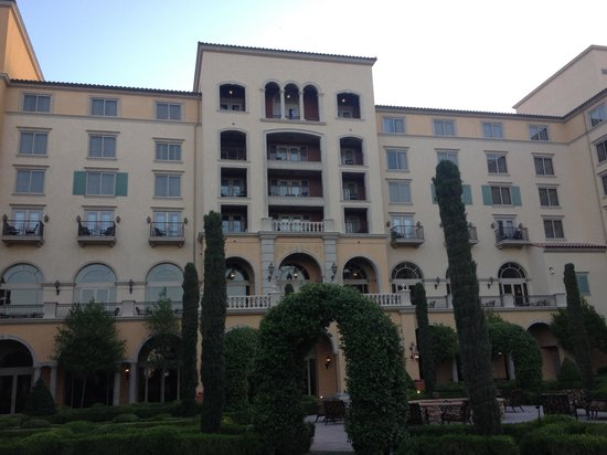 Hilton Lake Las Vegas Resort & Spa: Exterior from courtyard