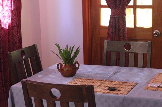 Veronique's Guesthouse: Кухонный стол