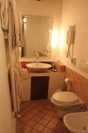 Tenuta Lonciano: part of bathroom