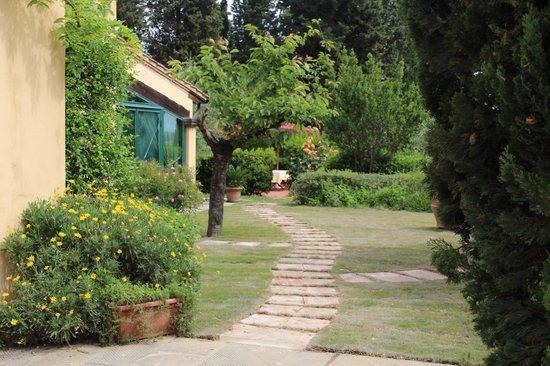 Hotel Villa La Cappella: Blick vom Eingangstor in den Garten
