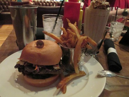 Holsteins Shakes and Buns : Memphis Burger