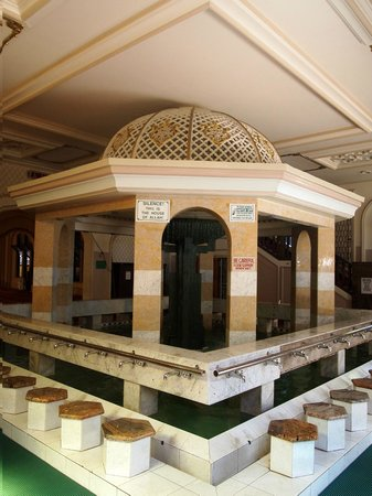 West Street Mosque : Fountain and fish pond