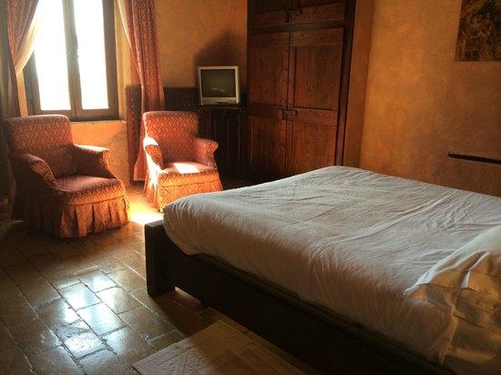 Le Silve di Armenzano: Bedroom and sitting area
